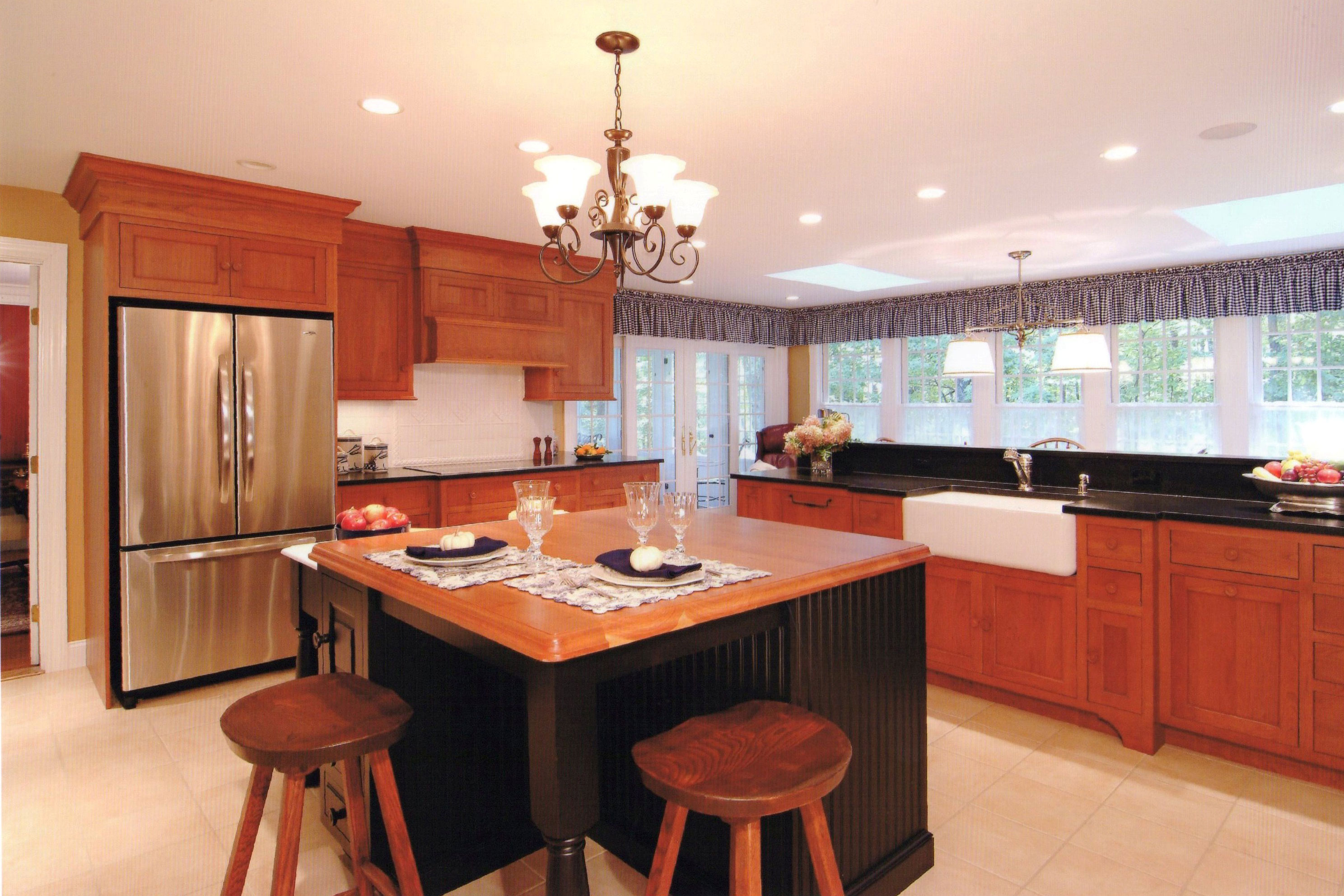 Large Bright Contemporary Kitchen Currier Kitchens